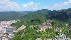 高空环绕航拍磐安县翡翠湖建国度假酒店4K视频素材