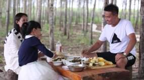 一家人乡村游玩吃农家菜视频素材