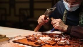 师傅工匠雕凿雕刻视频素材