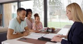 保险代理和客户握手视频素材