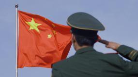 4K士兵军人向飘扬的红旗国旗敬礼视频素材视频素材