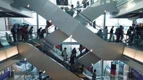 自动扶梯上的人视频素材