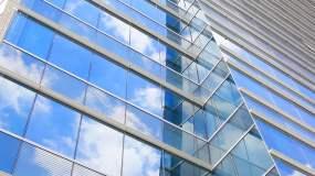 玻璃上反射的云视频素材