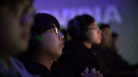 五名玩家在网游咖啡厅组队玩游戏视频素材