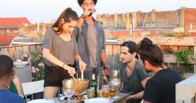 在屋顶上一起聚餐的年轻人视频素材