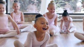 一群学芭蕾舞的小女孩视频素材