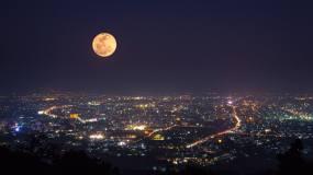 夜晚城市月亮慢慢升起圆月中秋月亮视频素材