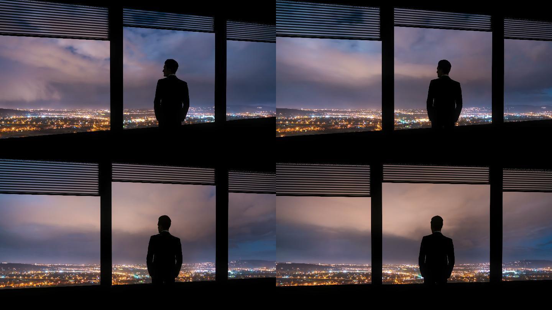 商人站在窗边看夜景,延时