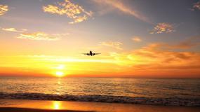 夕阳下飞过的飞机视频素材