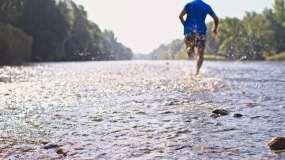男子慢跑过河视频素材