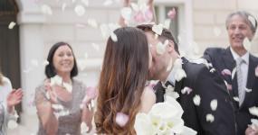 新婚夫婦親吻視頻素材