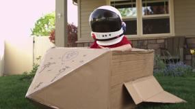 假装宇航员的小男孩视频素材
