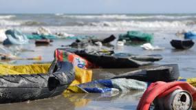 海洋背景下塑料垃圾和海滩垃圾的静态特写视频素材