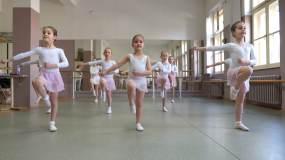 小芭蕾舞演员练习视频素材