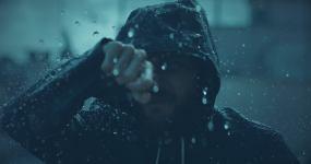 暴风雨中的人视频素材