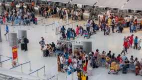 机场候机楼值机柜台拥挤旅客带行李排队延时视频素材