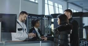 机场工作人员在控制点检查证件护照视频素材