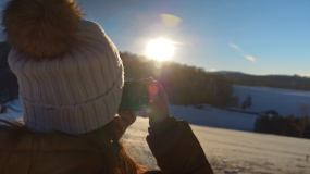 一位年轻女性游客的特写镜头拍照视频素材