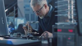 电子维修工程师焊接主板,芯片和电路板视频素材