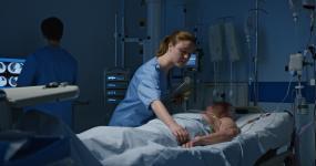 护士在重症监护室检查病人视频素材