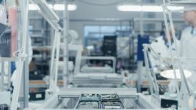 电子工厂工人在流水线上组装智能手机电路板视频素材
