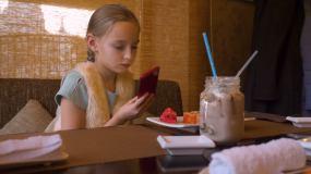 女孩用手机拍寿司卷视频素材
