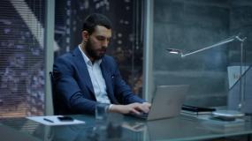 一个商人在办公室工作视频素材