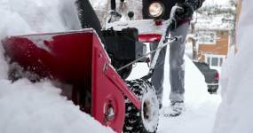 暴风雪过后一名老人使用吹雪机的4K视频视频素材