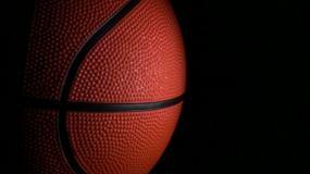 黑色背景下的篮球视频素材