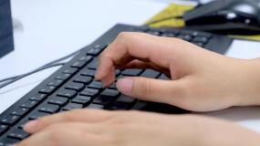 电脑键盘打字特写视频素材