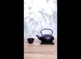 青年人往茶壶里加茶叶和水视频素材