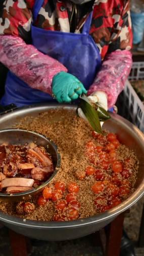 包裹咸蛋黄粽子手法娴熟视频素材