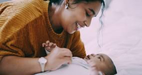 一名年輕女子在家照顧嬰兒視頻素材