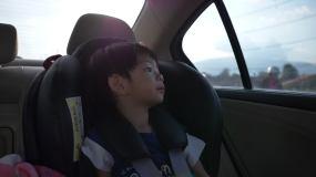 可愛的男孩坐在車里視頻素材
