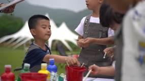 孩子在户外画画视频素材