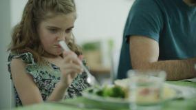 撅嘴玩食物的女孩视频素材