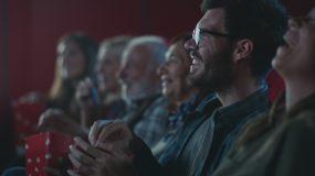 在电影院看电影的观众视频素材