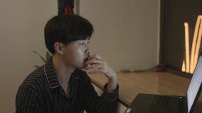 男人通过笔记本电脑思考视频素材