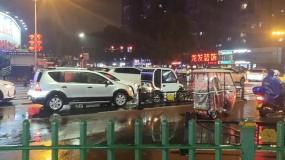 城市夜间下雨视频素材